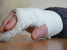 右腕を骨折した人 スニーカー
